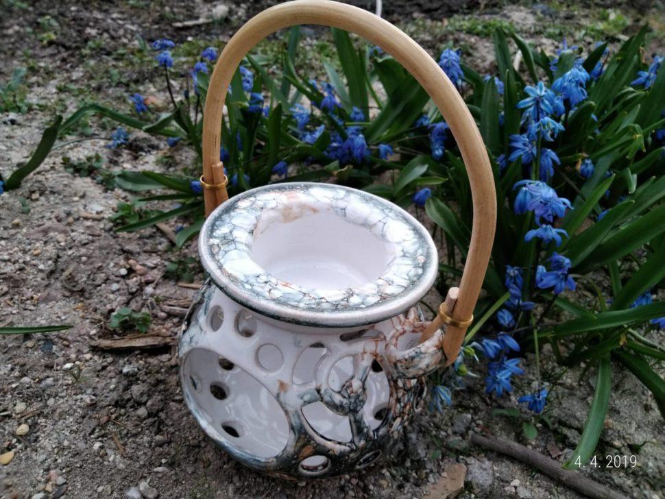 Aromalampa se skládá ze dvou dílů:spodní část amistička. Dospodní části se vkládá čajová svíčka ado mističky se dává voda apár kapek vonného oleje. Lepší je dávat horkou vodu, protože se vůně začne rychleji odpařovat.