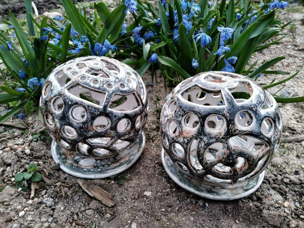Keramický svícen je určen pro čajovou svíčku. Skládá se ztalířku aděrované koule. Usvícnu, který má nahoře drobné kulaté otvory je možno zapíchnout vonné tyčinky.