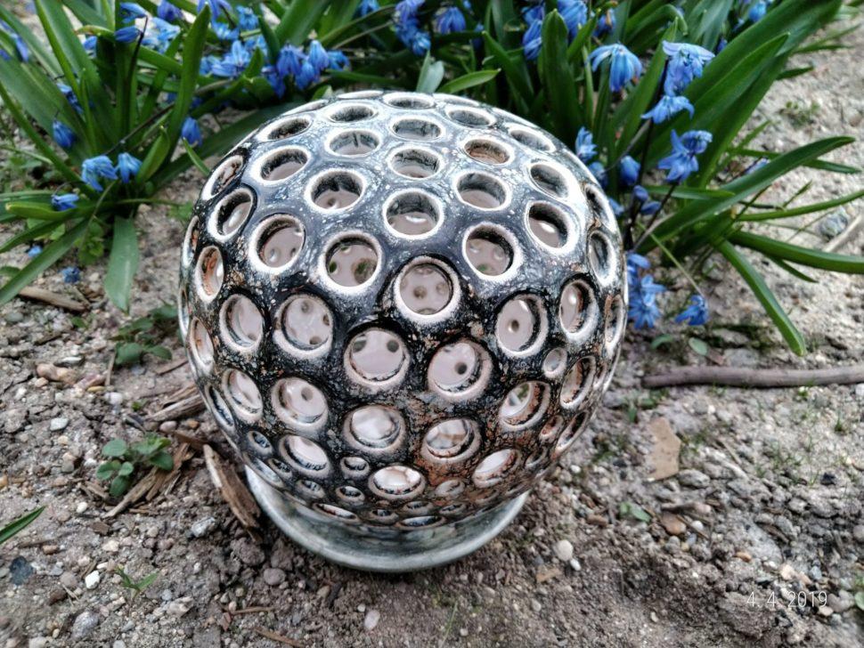 Keramický svícen koule je určený načajovou svíčku. Skládá se ztalířku aděrované koule.