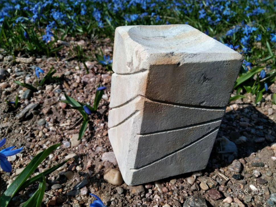 Svícen zpřírodního pískovce, obdelníkového tvaru sdrážkami.