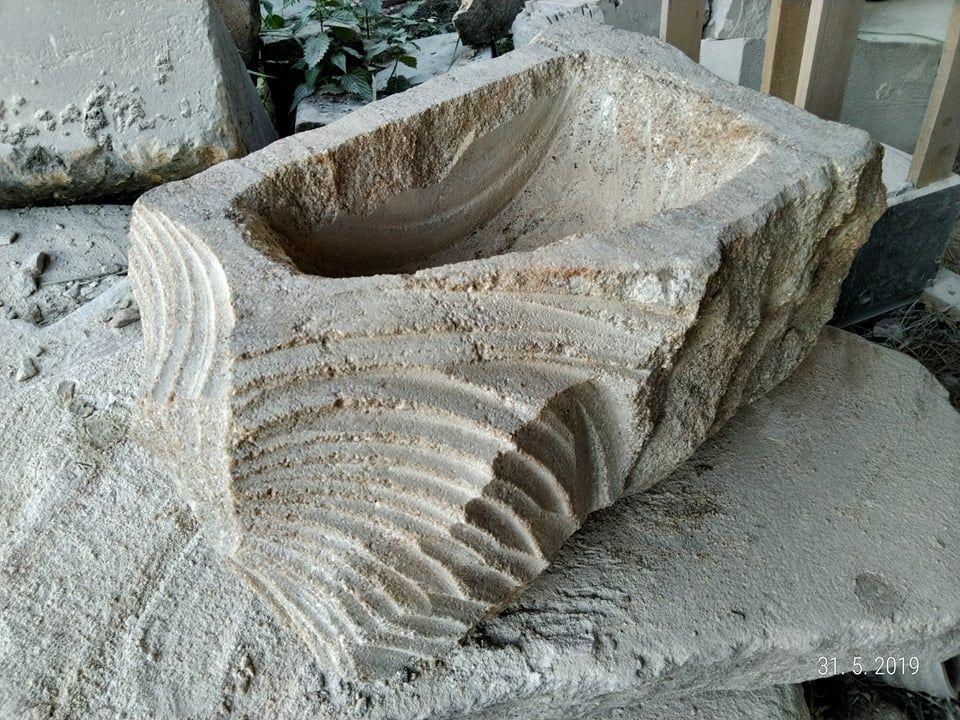 Květináč zpřírodního pískovce, který je způlky přírodně opracované az druhé půlky kaskádovitě broušené.