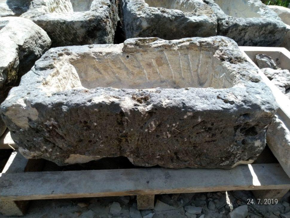 Přírodně opracované koryto zpřírodního pískovce ve tvaru obdélníku. Nakorytě je ponechán mech.