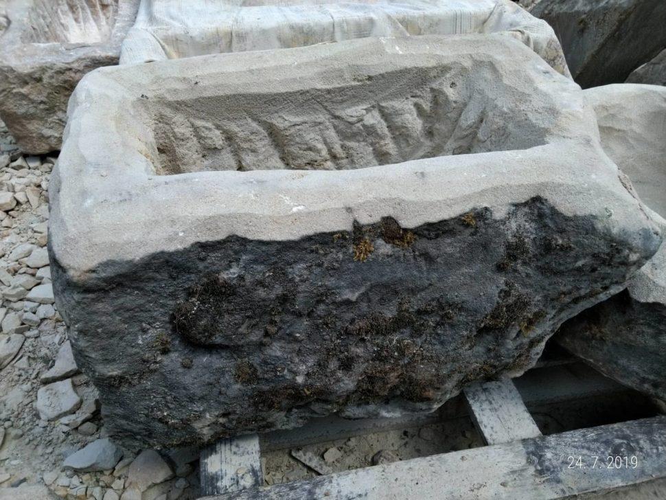 Koryto zpřírodního pískovce. Boky jsou přírodně opracované avrch je broušený. Koryto má tvar obdélníku aje velmi hluboké.