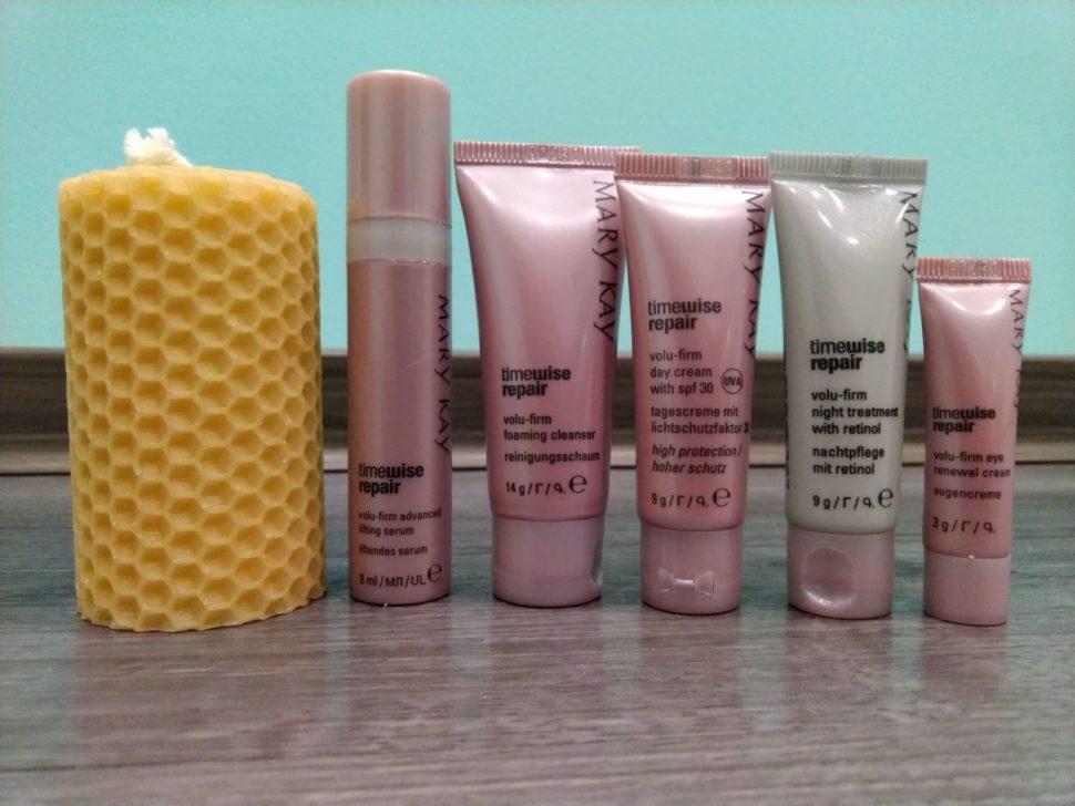 Dárkové balení kosmetiky Mary Kay. Je to cestovní balení pro pokročilé známky stárnutí. Součástí balíčku je svíčka zvčelího vosku ( mezistěny).