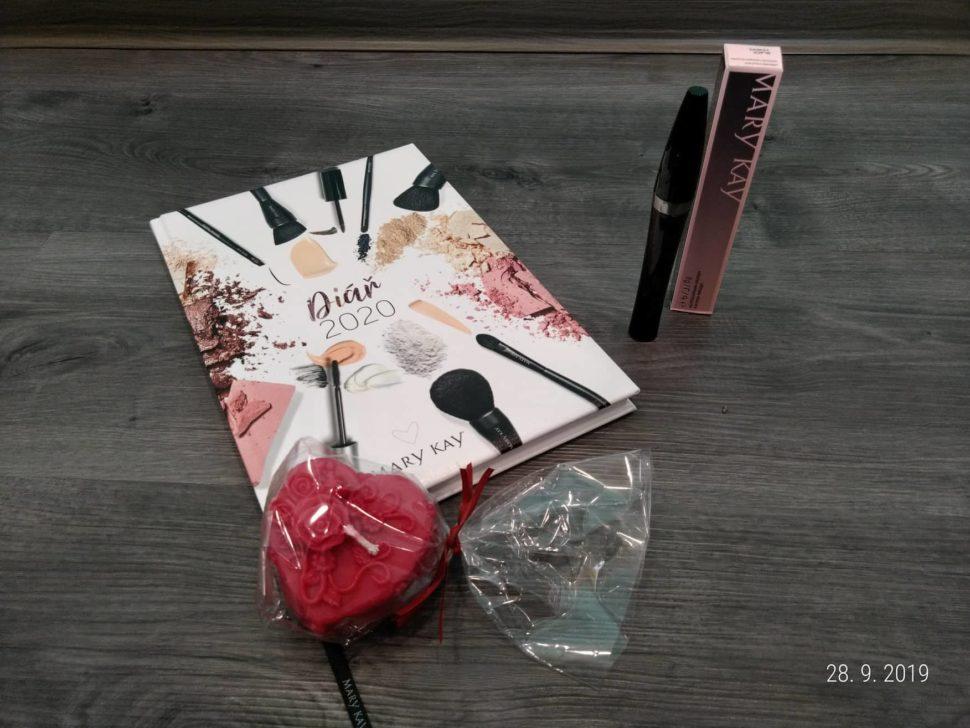 Dárkové balení prodlužující řasenky od Mary Kay, diáře narok 2020 ačervené svíčky ve tvaru srdce.