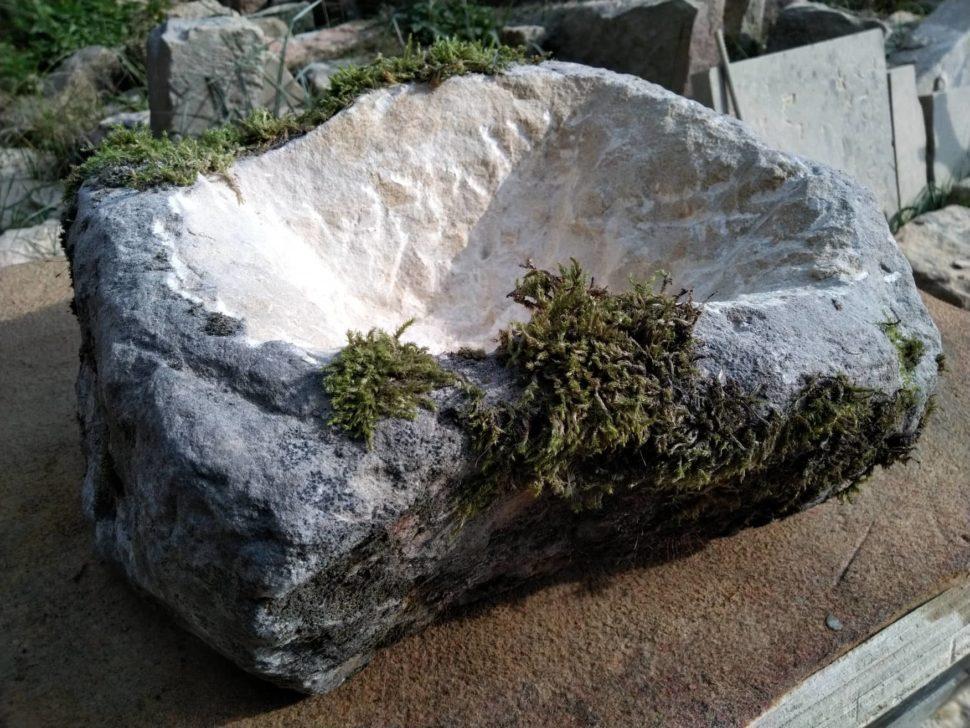 Květináč zpřírodního pískovce, přírodně opracovaný smechem ve tvaru čtverce.