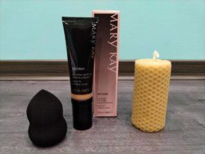 Dárkové balení. Make - up CC krém sochraným gaktorem SPF 15 ( VeryLight nebo Light-To-Medium ), koubička ma make - up, svíčka zvečlího vosku