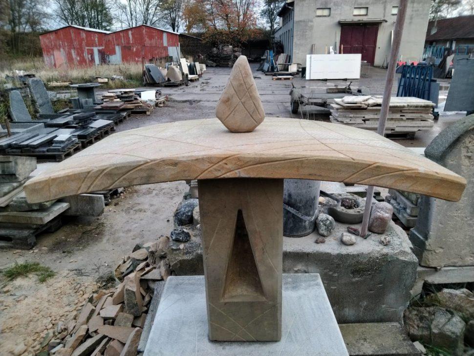 Lucerna zpřírodního pískovce svrypy, která je tvořená ze tří dílů. Otvor pro svíčku má tvar trojúhelníku.