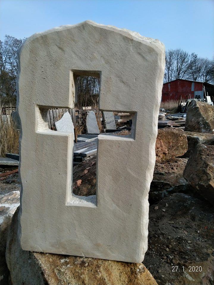 Kříž zpřírodního pískovce, který je skrz naskrz vytesaný dopískovcové desky.