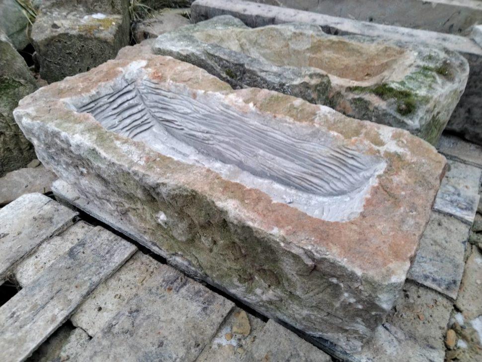 Přírodně opracované koryto zpřírodního pískovce, obdélníkového tvaru. Prohlubeň nakytky je nahoře nejširší au dna koryta nejužší.