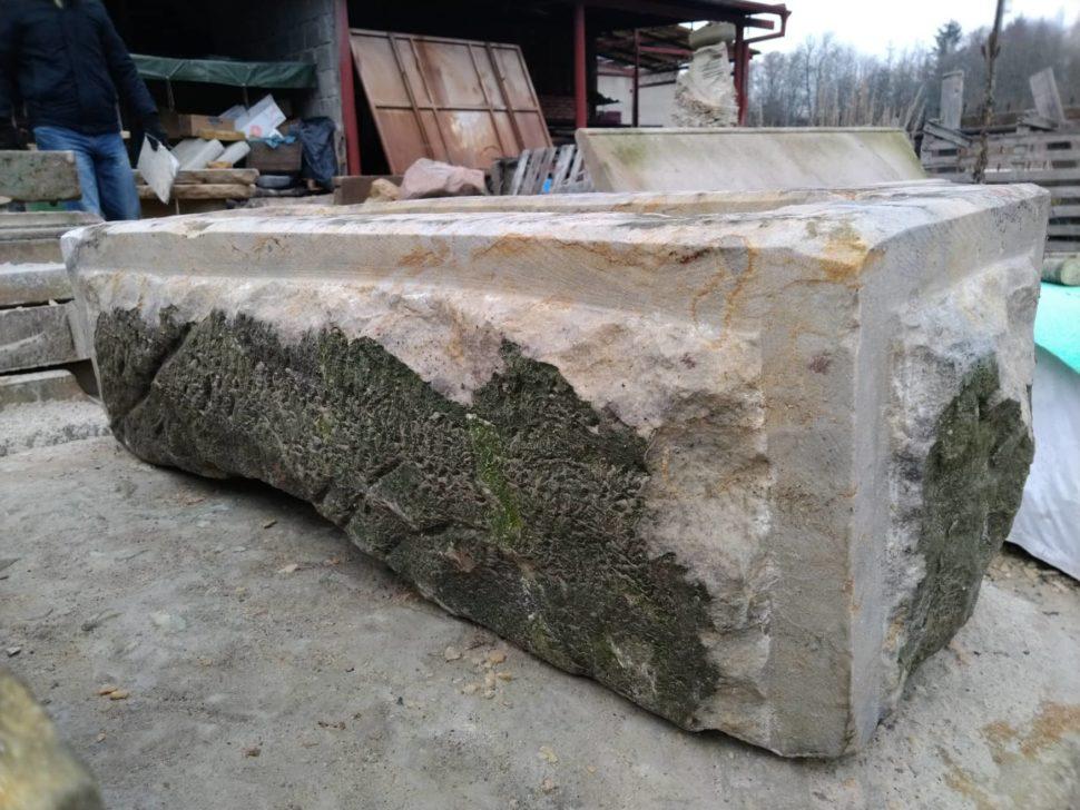 Koryto zpřírodního pískovce, které má broušené hrany, ale střed je ponechán přírodní.