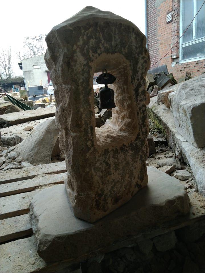 Zvonice zpřírodního pískovce, která je přírodně opracovaná.