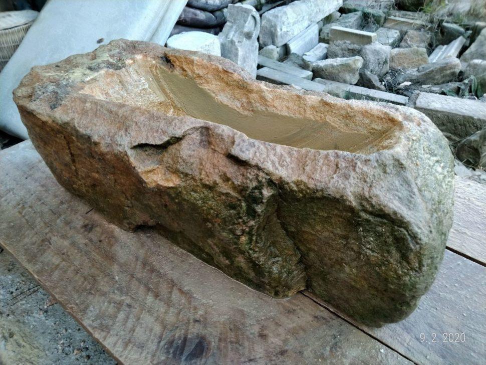 Menší koryto zpřírodního pískovce ve tvaru obdélníku, které je přírodně opracované.