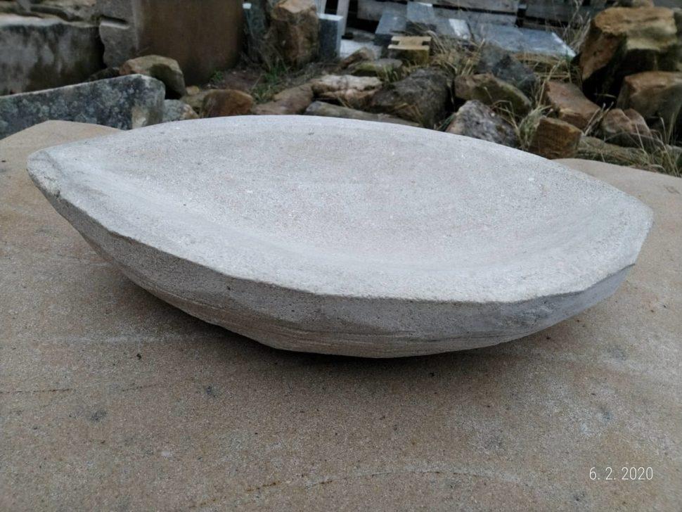 Miska zpřírodního pískovce vytvořená ve tvaru ořechu.