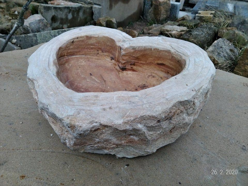 Pítko ve tvaru srdce zpřírodního pískovce.