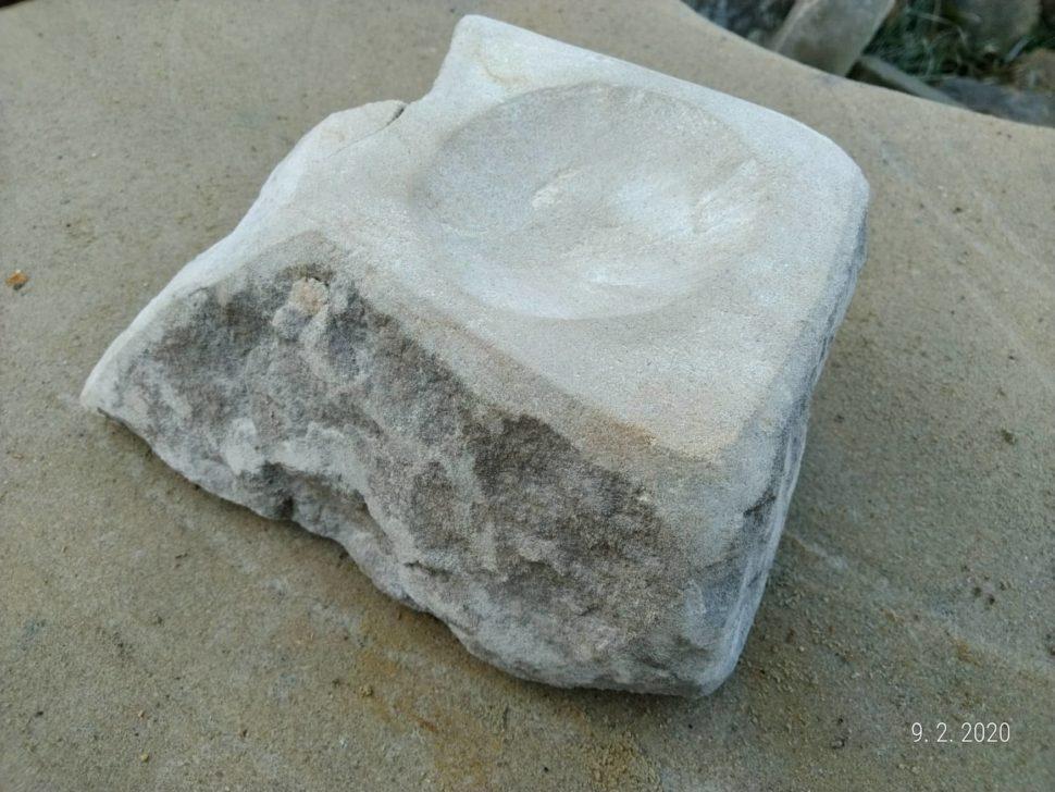 Svícen zpřírodního pískovce. Vrch je broušený aboky jsou ponechány přírodní.