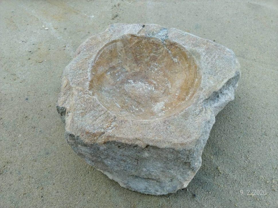 Svícen zpřírodního pískovce, který je přírodně opracovaný.