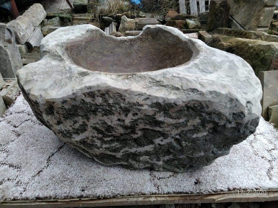 Tsukubai zpřírodního pískovce, která velmi přírodně opracovaná.