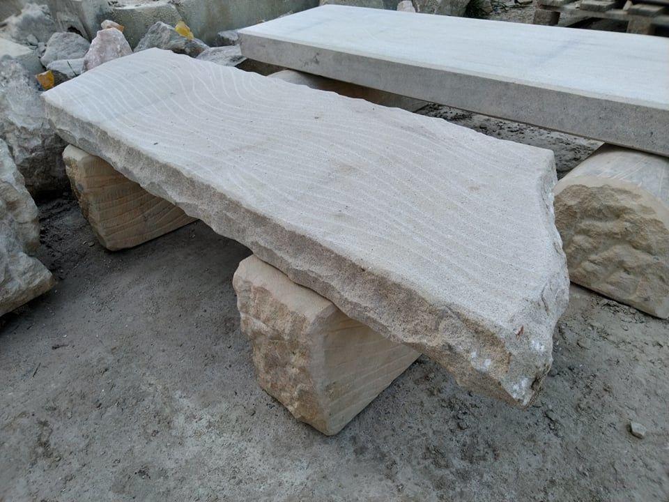 Nízká lavice zpřírodního pískovce, boky jsou ponechány přírodní avrch broušen.