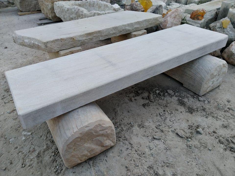 Nízká lavice zpřírodního pískovce, která je ze všech stran broušená.