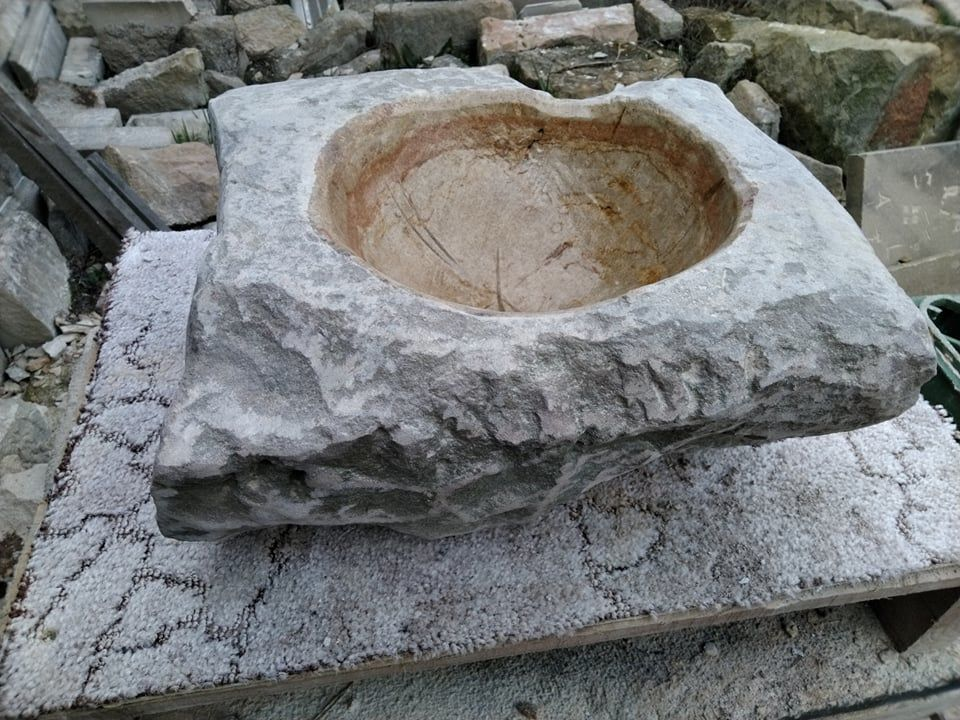 Tsukubai je vodní nádržka vytvořená zpřírodního pískovce.