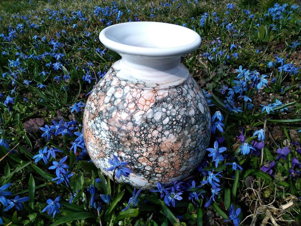 Větší baňatá váza zkeramiky, která připomíná mramor bez uch.