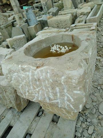 Velká sloupcová tsukubai zpřírodního pískovce. Objemově pojme cca 10 litrů vody.