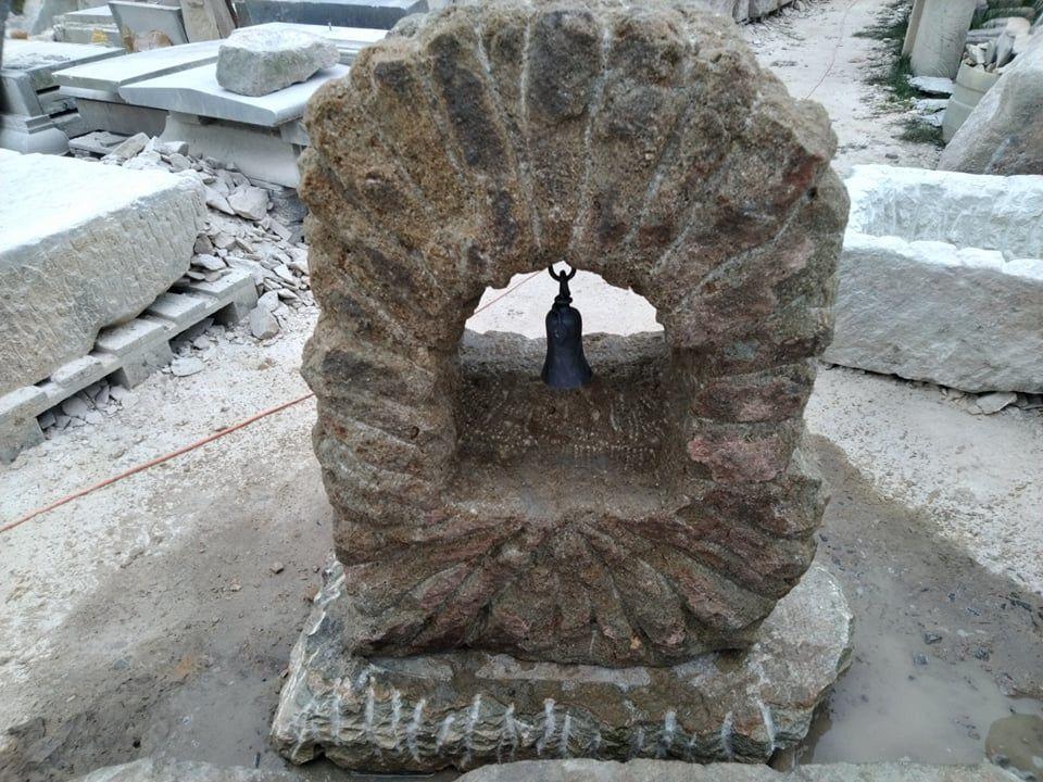 Zvonice zpřírodního pískovce, která je tvořená ze dvou částí.