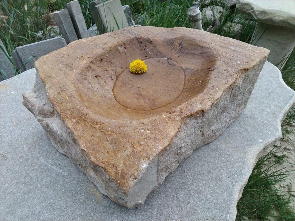 Pórovité pítko zpřírodního pískovce, které je přírodně opracované.