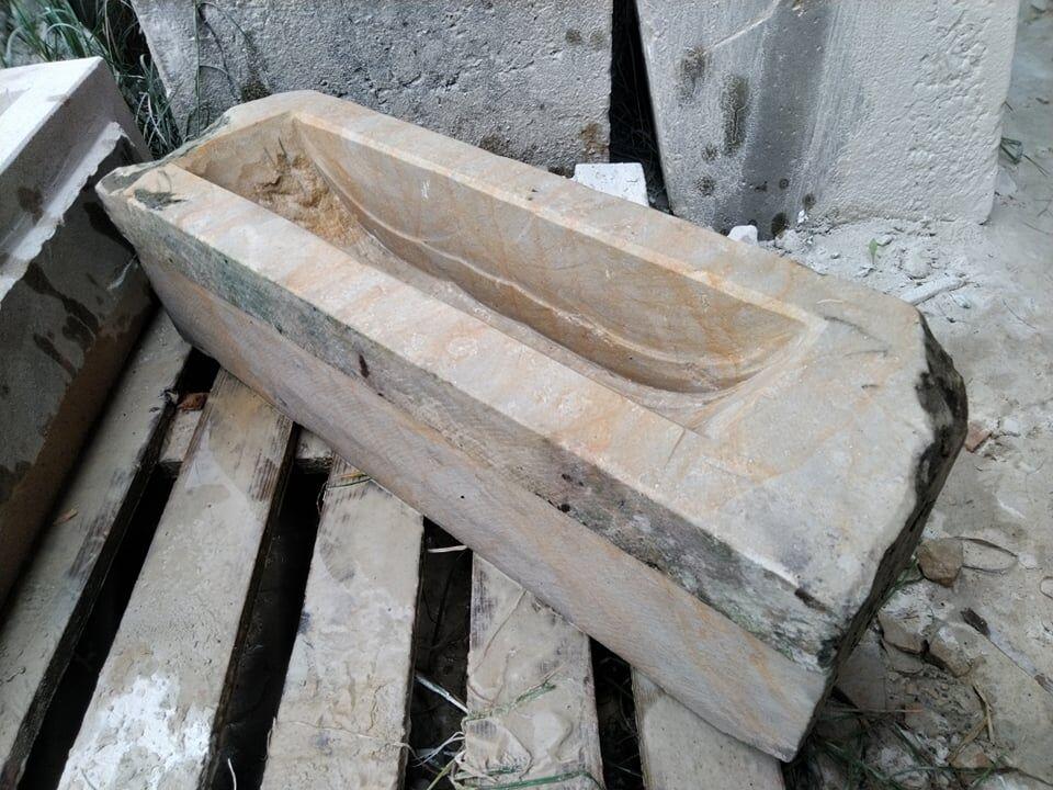 Broušené az jedné strany podkosené koryto zpřírodního pískovce.