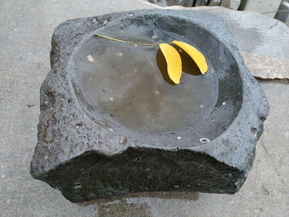 Přírodně opracované pítko zčerného přírodního pískovce.
