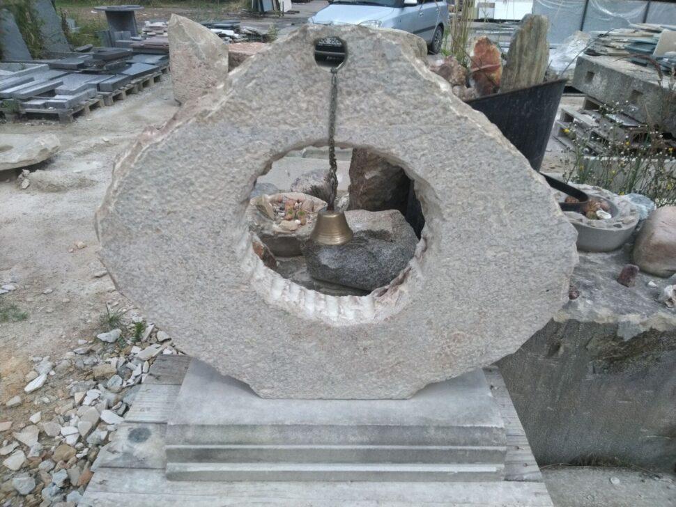 Zvonice ve tvaru nepravidelného kruhu zpřírodního pískovce.