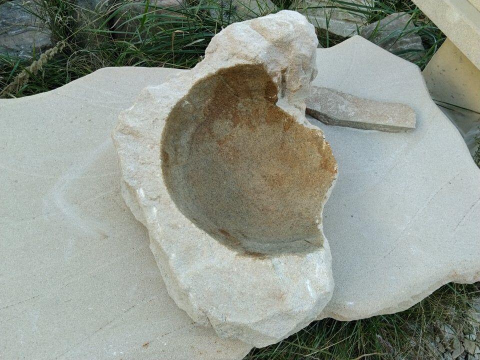 Půl kulatá bonsai miska zpřírodního pískovce, přírodně opracovaná.