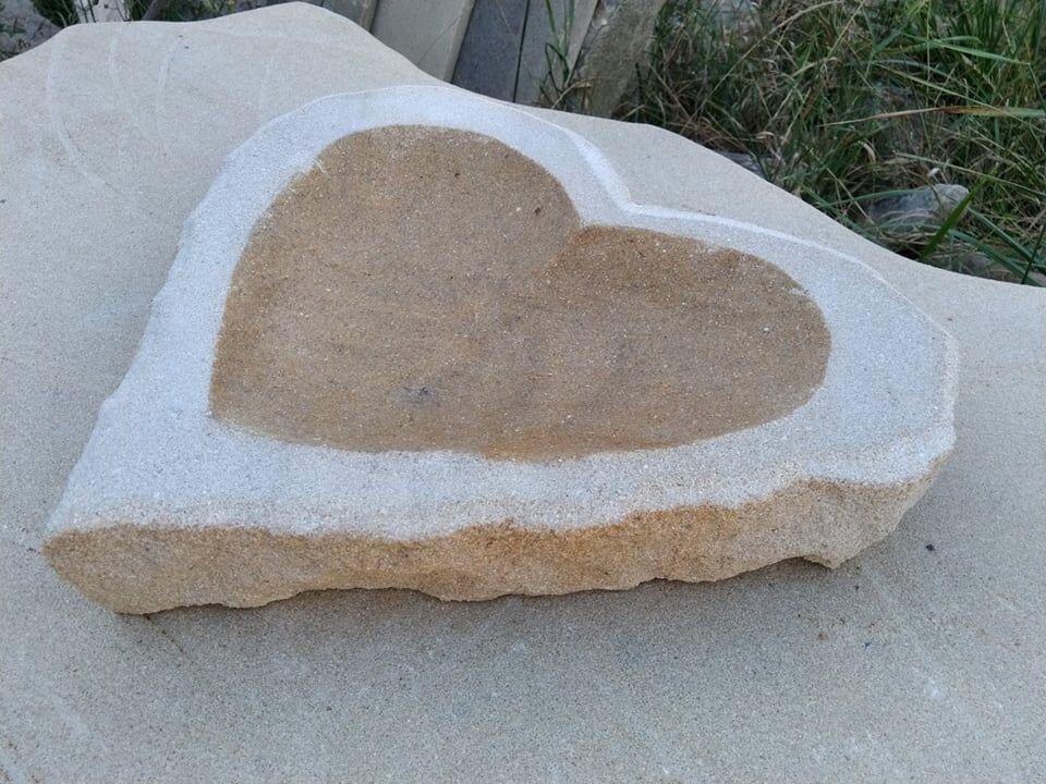 Menší broušené pítko zpřírodního pískovce ve tvaru srdce.