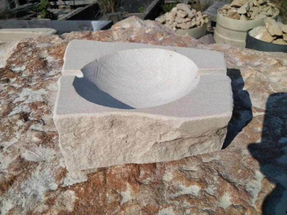Popelník zpřírodního pískovce nadvě drážky.