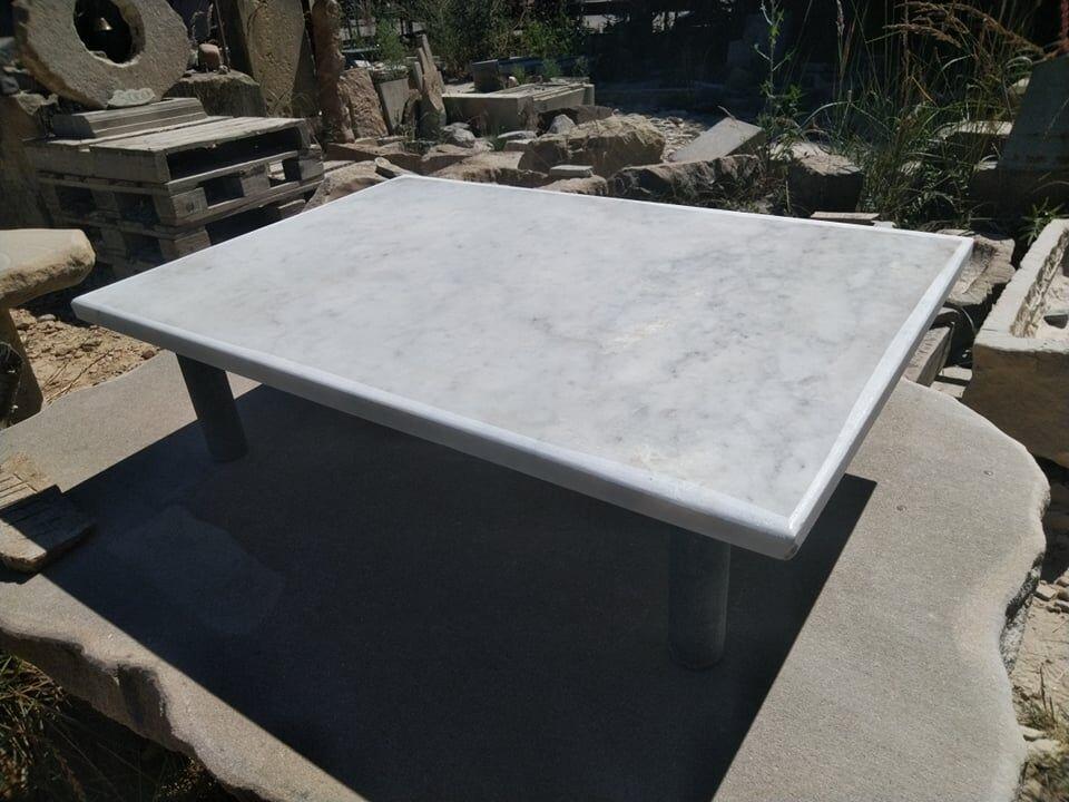 Nízký obdélníkový stoleček zmramoru.