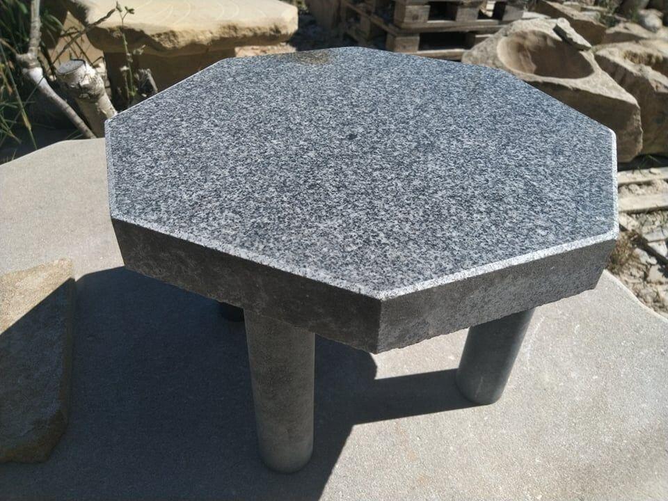 Nízký amenší šestiúhelníkový stoleček ze žuly.