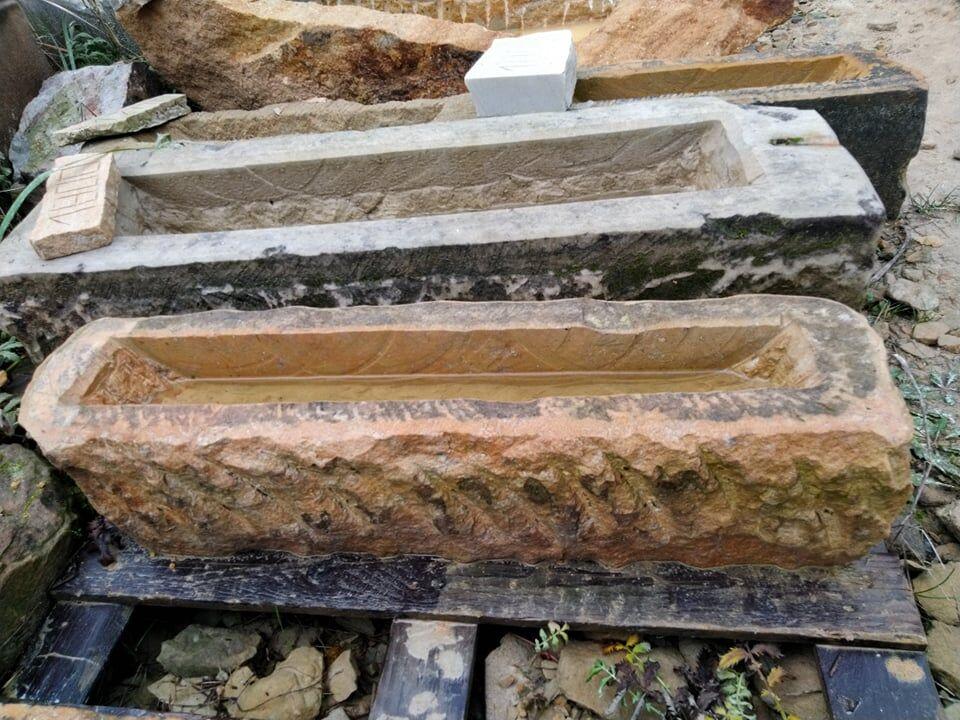 Třičtvrtě metrové koryto zpřírodního pískovce ve tvaru obdélníku.