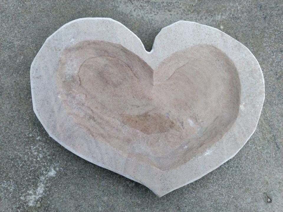 Placaté pítko zpřírodního pískovce ve tvaru srdce.