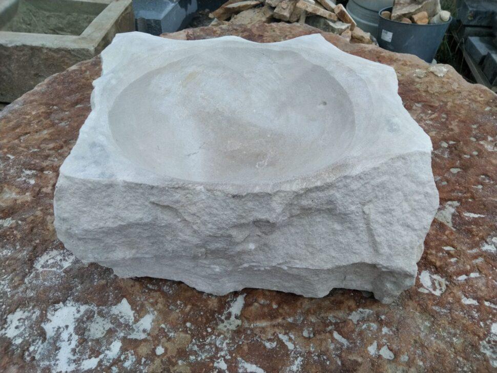 Tsukubai ve tvaru nepravidelného čtverce zpřírodního pískovce.