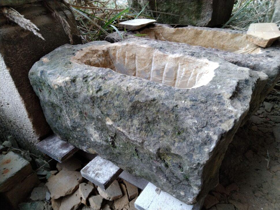 Přírodně opracované koryto zpřírodního pískovce, které má platinu avypadá staře.