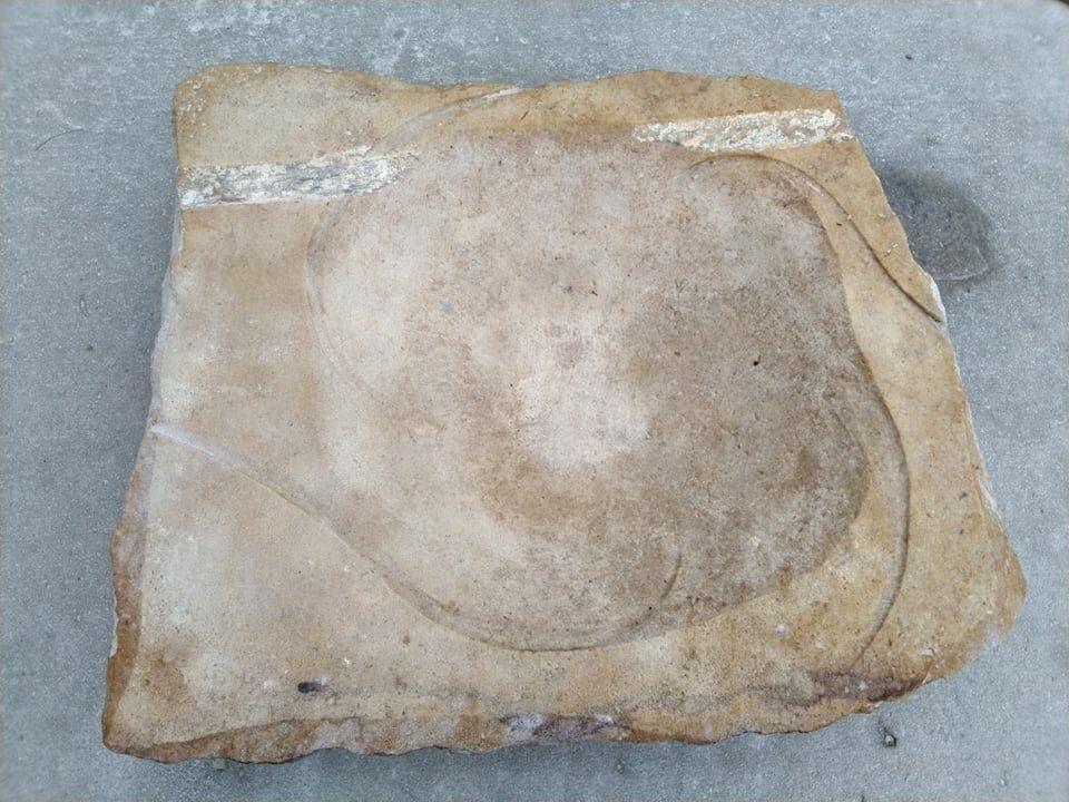 Placaté pítko ve tvaru čtverce zpřírodního pískovce.