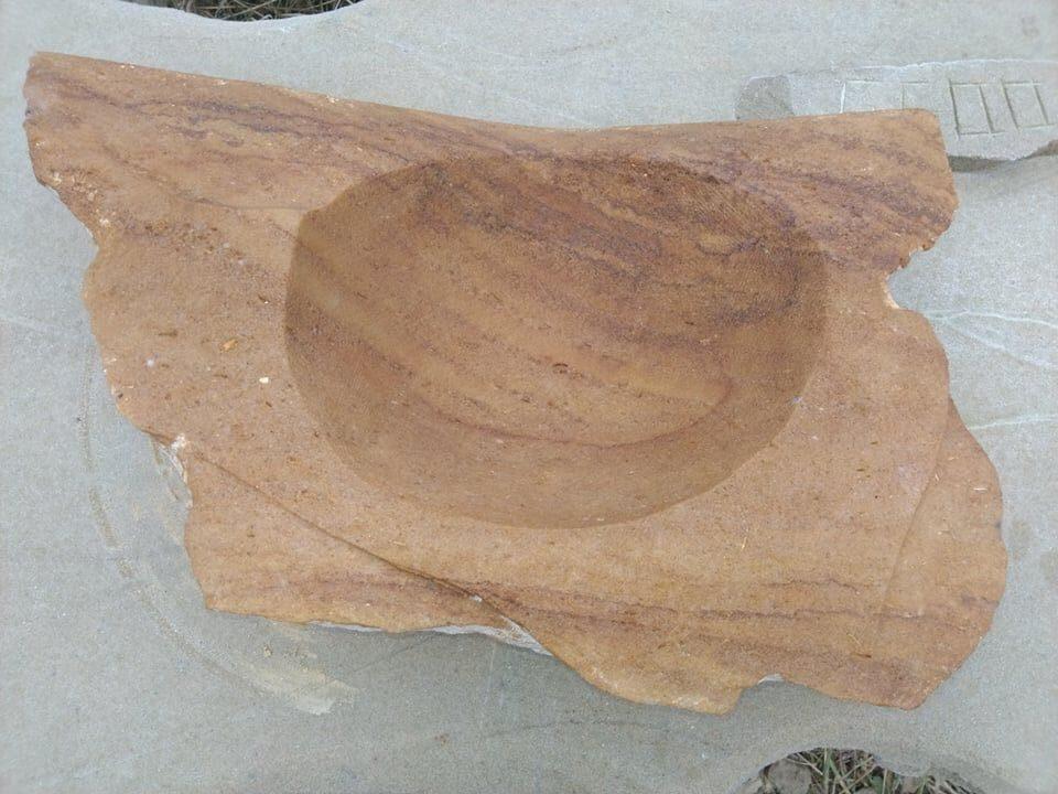 Pítko zpřírodního pískovce. Zadní stěna pítka je rovně uříznutá, ostatní strany jsou nepravidelně opracované.