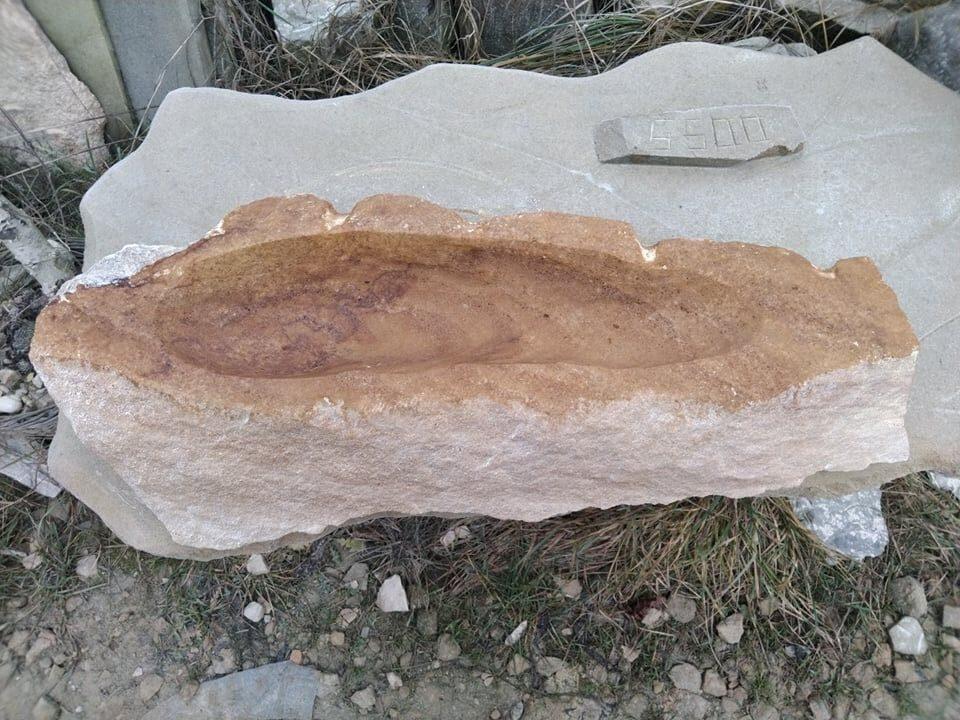 Pítko zpřírodního pískovce, které je přírodně opracované. Tvar má úzký je masité aprotáhlé dodélky.
