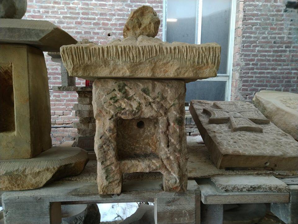 Menší lucerna zpřírodního pískovce snožičkama, která je tvořená ze tří kusů.