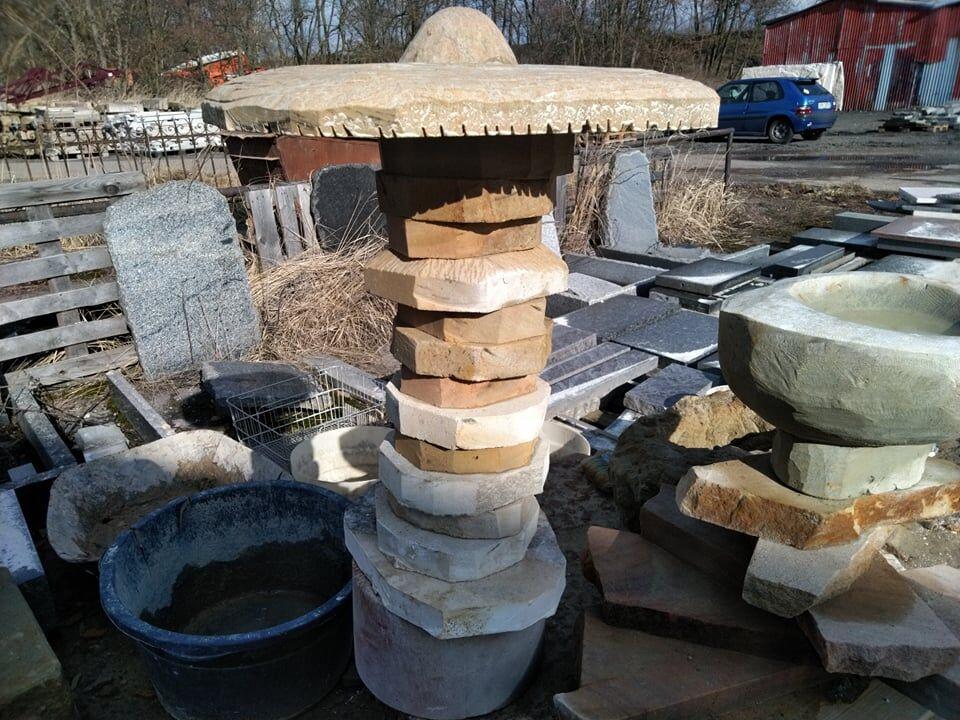 Houba zpřírodního pískovce, která je vytvořená zněkolika dílků, které jsou vyskládány nasobě, aby připomínali houbu.