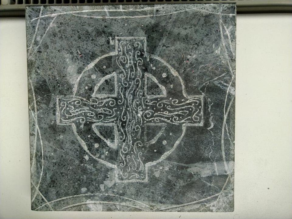 Mramorová deska se znakem keltského kříže, která se dá použít jako podložka.