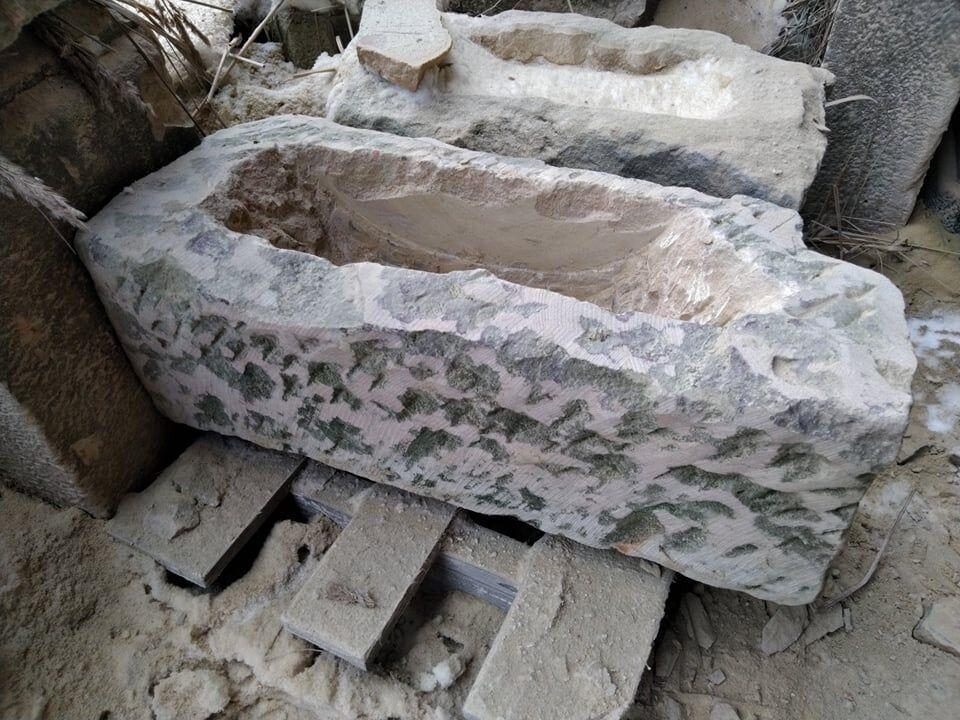 Přírodně opracované koryto ve tvaru nepravidelného obdélníku. Koryto je vytvořené zpřírodního pískovce.