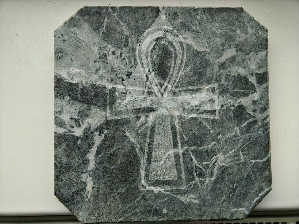 Mramorová deska se znakem nilského kříže, která se dá použít jako podložka.