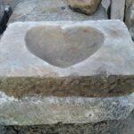 Obdélník z přírodního pískovce, ve kterém je vysekané srdce.